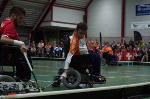 Help Minas aan een nieuwe sportrolstoel